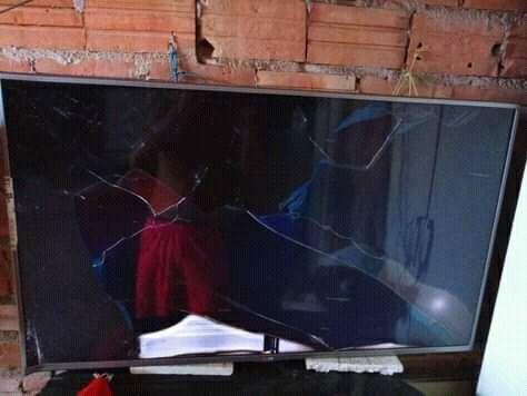 HOMEM SE IRRITA ASSISTINDO TV E QUERIA ENTRA NELA PRA SE VINGAR