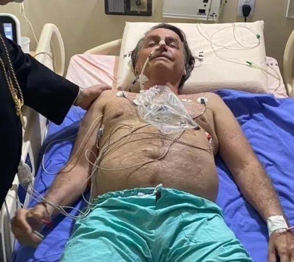 Internado no hospital com grave obstrução intestinal, Bolsonaro decide renunciar à presidência da república