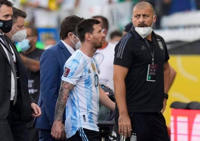Partida pelas eliminatórias da copa é interrompida após fala de jogador argentino.