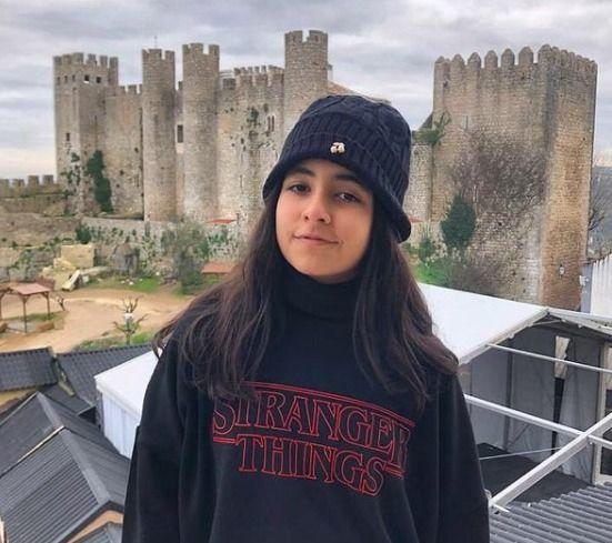 Jovem De 14 anosé encontrada roubando um castelo.