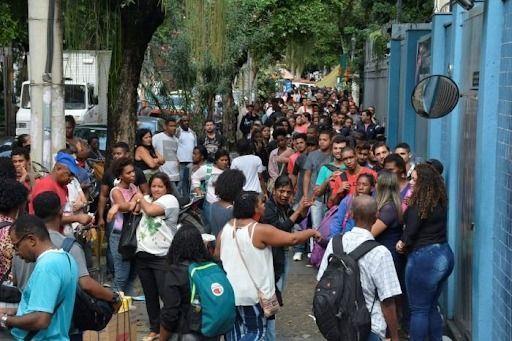 População de São José faz fila em frente ao Hospital Municipal a buscar por atendimento e informação