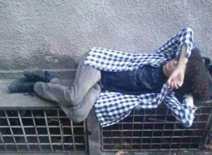 Mendigo sedutor é perseguido e agredido por maníaca da Cohab(